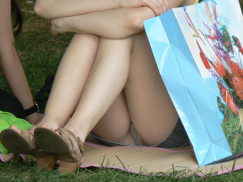 Подсмотренные ролики под юбкой