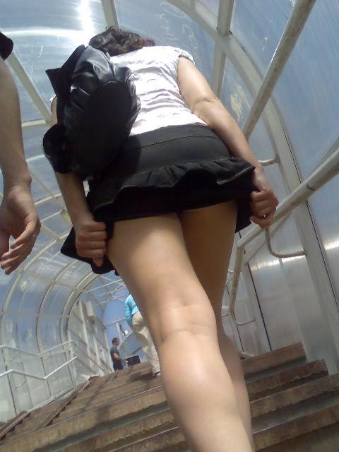 онлайн на лестнице подглядывание видео
